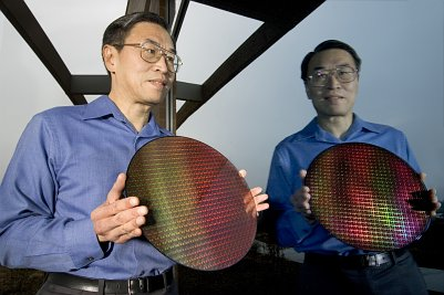 Intel Manager Sunlin Chou mit erstem Dual-Core-Wafer