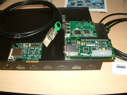 Von links: Host-Board, Kabel und externer PCIe-Adapter. Darunter der 8-Port-Switch.