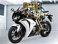 Motorradroboter Flossie testet Motoröl