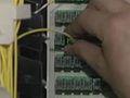 Verizon-Techniker schließt Haus an das FiOs-Netz an.