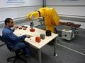 Mensch und Roboter bei der Zusammenarbeit (Foto: Dominik Henrich)