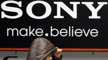 Mann vor Sony-Logo in Tokio