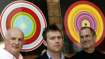Emi-Chef Eric Nicoli (links) und Steve Jobs mit dem Musiker Damon Albarn 2007
