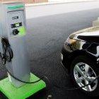 Sauberes Fahren: Elektroautos werden mit Solarstrom geladen
