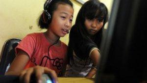 Zwei Zwölfjährige surfen in einem Internetcafè