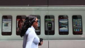 Fußgängerin in San Francisco vor einem Apple Store