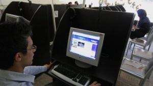 Junge Iraner in einem Internetcafé in Hamadan