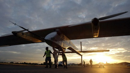 Solarflugzeug Solar Impulse vor dem Start nach Paris