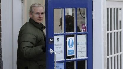 Assange meldet sich auf der Polizeistation in Beccles.