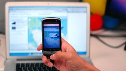 Deep Shot: Eine Website wird fotografiert und öffnet sich auf dem Smartphone