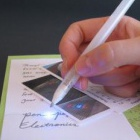 Silbertinte: Kugelschreiber malt Schaltkreise