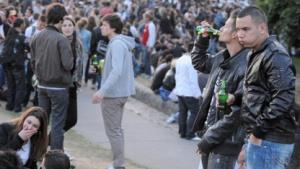 Jugendliche feiern nach einem Facebook-Aufruf am 1. Juni in Nantes eine Straßenparty.