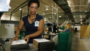 Amazon-Arbeiterin mit Kindle-Paketen