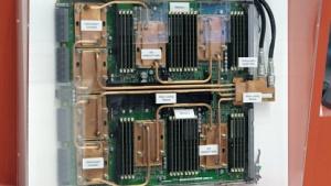 Ein Board des K-Computers mit Wasserkühlern