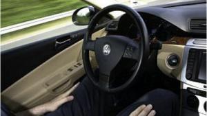 Der Autopilot fährt, aber der Fahrer muss weiterhin aufmerksam sein.