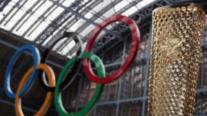 Keine olympischen Markenzeichen nutzen: Olympische Fackel und Ringe im Londoner Bahnhof St. Pancras