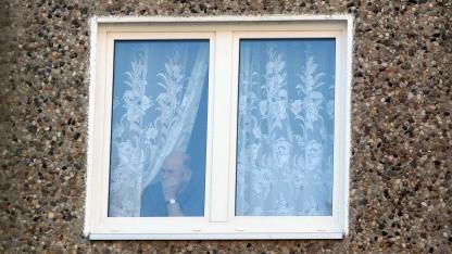 Älterer Mann im Plattenbau in Prenzlau