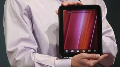 Jon Rubinstein, Senior Vice President bei HP Palm, zeigt das Touchpad.