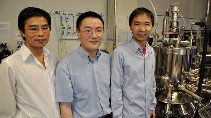 Professor Jianli Liu (Mitte) und sein Team für den UV-Laser