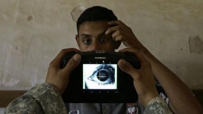 Mehrere biometrische Merkmale: Ein US-Soldat scannt die Iris eines Irakers.