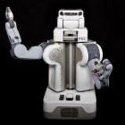 Robots for Humanity: Roboter assistiert einem Menschen bei der Rasur