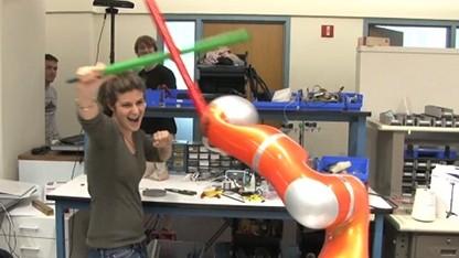Wehr dich, Mensch: Jedibot beherrscht den Schwertkampf