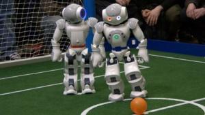 Roboterfußball: Nao im Zweikampf (Cebit 2010)