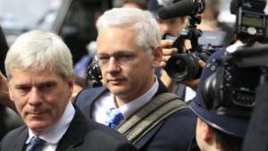 Julian Assange auf dem Weg zur Verhandlung über seine Auslieferung