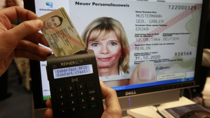 Der neue Personalausweis ermöglicht es, online zu unterschreiben.