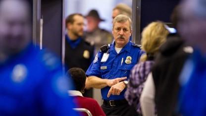 TSA-Mitarbeiter überprüfen Durchreisende in den USA.