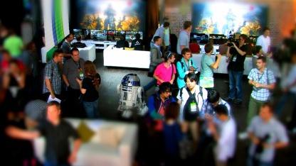 Stargast R2-D2 mit Journalisten beim Microsoft Play Day