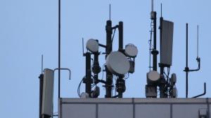 Mobilfunkantennen auf einem Häuserdach in Berlin