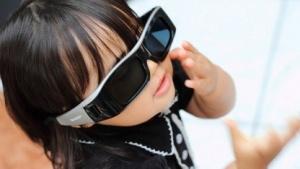 Kind mit 3D-Shutterbrille