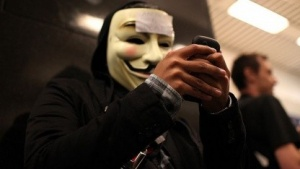 Station geräumt, Mobilfunk geht: Anonymous-Mitglied bei Demonstration in San Francisco am 15. August 2011
