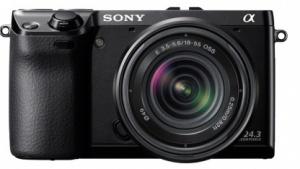 Der OLED-Sucher der Sony NEX-7 wird in den Blitzschuh eingeschoben.