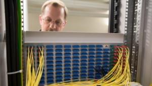 Techniker am Kabelschrank