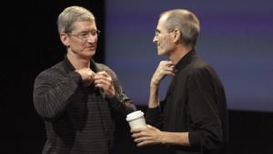 Tim Cook und Steve Jobs im Juli 2010 beim Mikrofonwechsel