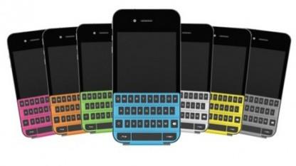 Das Smartkeyboard liegt auf dem iPhone auf.
