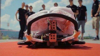 Klar zum Aufstieg: Roboter Paraswift mit gefaltetem Gleitschirm