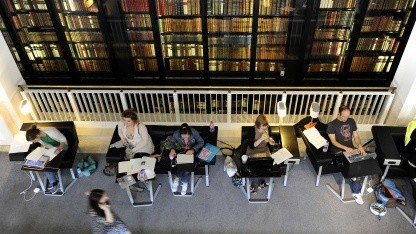 Menschen in der British Library in London