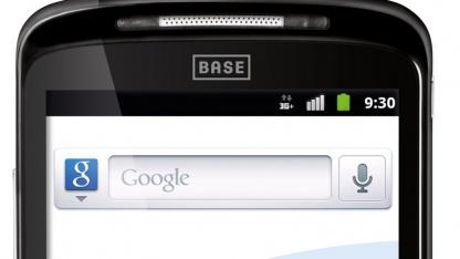 Das leichtgewichtige Smartphone hat ein großes Display.