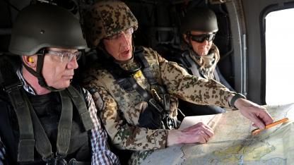 Verteidigungsminister Thomas de Maizière (links) mit Generalmajor Markus Kneip (Mitte) am 18. September 2011 in Afghanistan