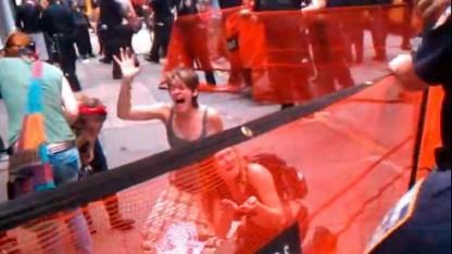 Frauen nach überraschendem Pfefferspray-Angriff eines Polizisten