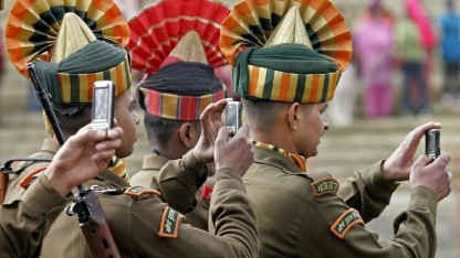 Indische Soldaten mit Mobiltelefon: Spamflut eindämmen
