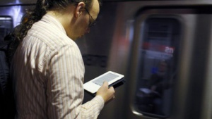 Gleicher Name, andere Geräteklasse: U-Bahn-Passagier mit Kindle E-Book-Reader