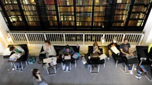 Menschen in der British Library in London