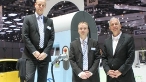 Die Drei von der Ladesäule: Stephan Hell und Volker Brink von RWE Effizienz sowie Frank M. Rinderknecht von Rinspeed vor der Combi-Station von RWE