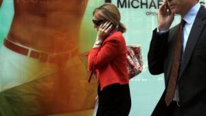 Telefonierende Menschen in New York City im Mai 2011