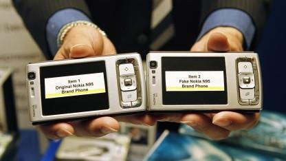 Original und gefälschtes Telefon nebeneinander