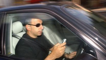 Gefahrenquelle Mobiltelefon im Auto: Hindernis wird viel häufiger übersehen